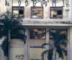 Fachada do outrora luxuoso Hotel Cambridge, que atualmente recebe artistas pelo projeto de residência artística realizado dentro da ocupação do MSTC e Grist (Foto: Luciana Pareja Norbiato)