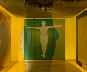 A instalação Trapézio ou Uma Confissão, de Wesley Duke Lee, foi criada para a Bienal de Veneza de 1966 e é uma das raridades da coleção Roger Wright em exibição na Pinacoteca de São Paulo (Foto: Isabella Matheus/ Cortesia Pinacoteca)