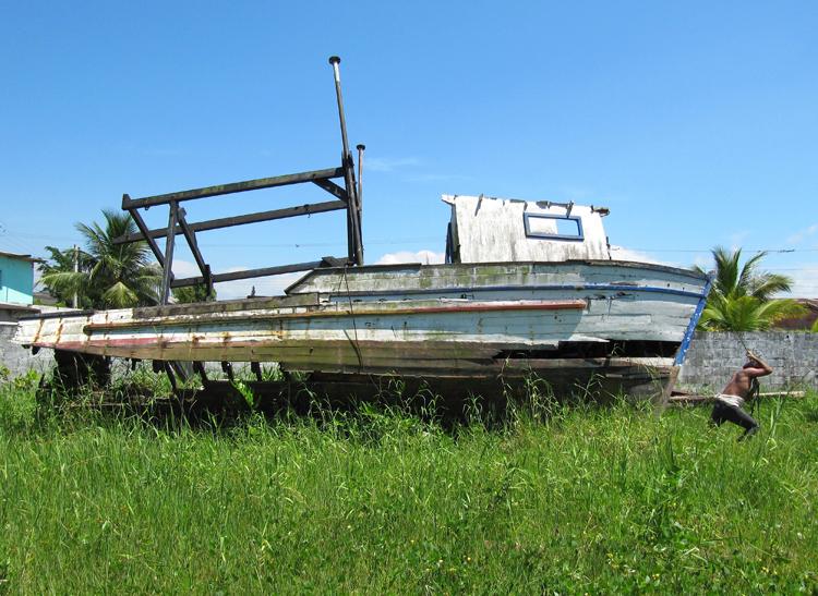 Barco de pescadores que será usado na instalação na Ponta da Praia