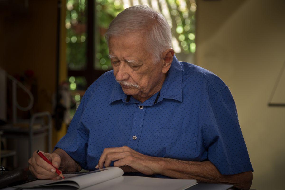 O artista Sérvulo Esmeraldo desehando (Foto: Gentil Barreira)