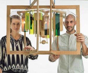 Nat Wilms e Andrea Zambelli, o duo Hillsideout, com uma de suas criações, o lustre Skyline (Foto: Ruy Teixeira/ Divulgação)