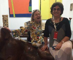 A colecionadora Cleuza Garfinkel, doadora para seis museus brasileiros, no stand da Galeria Estação, na companhia da diretora Vilma Eid (Foto: Paula Alzugaray)