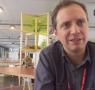 Frame do vídeo Corpo a Corpo com o curador da 32ª Bienal de São Paulo, Jochen Volz