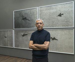 O vídeoartista libanês Akram Zaatari em mostra na Europa neste ano (foto: reprodução)