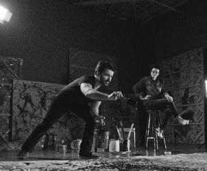 Como Fazer um Pollock, Gustavo von Ha reencena fotografia de Pollock em ação (Fotos: Divulgação)
