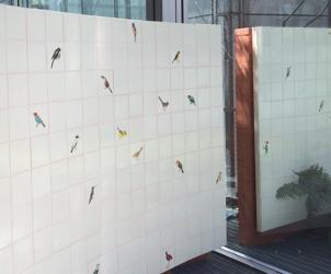 Passarinhos (2016), muro de azulejos com pássaros pintados a mão por Beatriz Sauer, de autoria de Adriana Varejão (Foto: Márion Strecker)