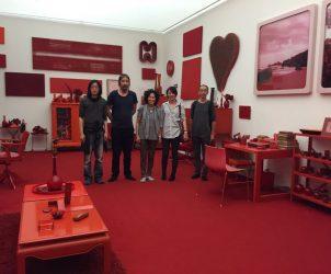 Sarina Tang (ao centro, de cinza) visita instalação de Cildo Meireles em Inhotim com os quatro curadores chineses que trouxe ao Brasil com a Latitude (Foto: Divulgação)