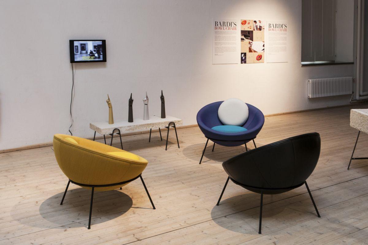 Exemplares da Bowl Chair de Lina Bo Bardi que integram a exposição (Foto: Matti Östling)