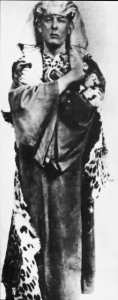 O mais famoso mago do século 20, Aleister Crowley, incorporando Osiris em ritual da Ordem Hermética do Amanhecer Dourado (Foto: Reprodução Wikimedia Commons)