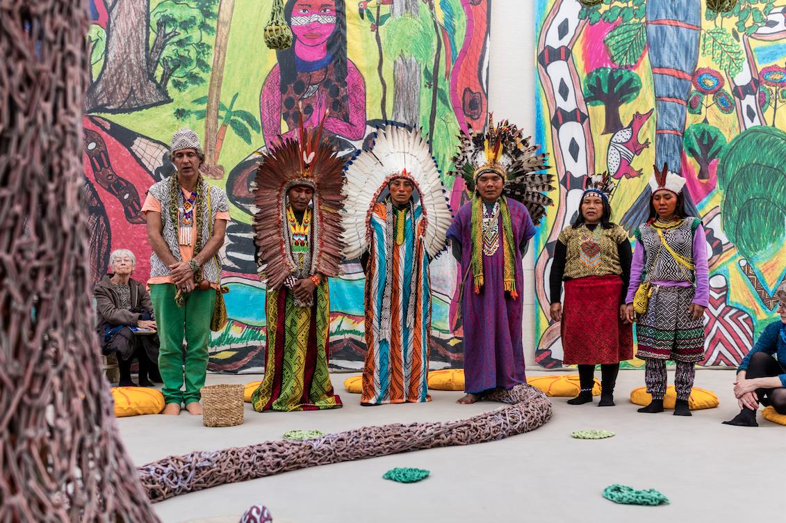 Ernesto Neto e colaboradores da tribo Huni Kuin, na instalação Vozes da Floresta (2016), no Kunsten Museum of Modern Art, na Dinamarca (Foto: Anders Sune Berg/ Cortesia Kunsten Museum of Modern Art/ Aalborg)