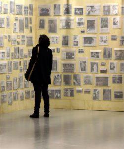 Detalhe da instalação Gabinete Fluidificado (2013), de Mario Ramiro, em exposição no Centro Cultural São Paulo (Foto: Cortesia Mario Ramiro)