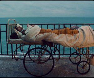 Frame do longa-metragem Corações cicatrizados, dirigido por Radu Jude