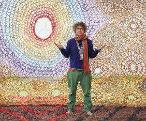 Ernesto Neto no interior da tenda ritualística montada na exposição Boa, no Museum of Contemporary Art Kiasma, na Finlândia, este ano (Foto: Petri Virtanen/ Cortesia Museum of Contemporary Art Kiasma/ Cortesia Galeria Fortes Vilaça)