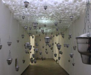 Na instalação Sincretismo Sincronizado, o músico e artista visual Siri se apropria de 60 incensários. Em vez de fumaça, os objetos emitem sons de diversos discursos religiosos (Foto: Paula Alzugaray)