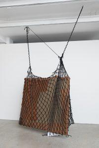 Tecido, cordas, instrumentos, mármore e material secreto Sem Título (2015), da série Ágrafo (Foto: Edouard Fraipont/ Cortesia Galeria Luisa Strina)