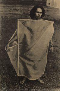 Hélio oiticica veste um de seus Parangolés (Foto: Divulgação)