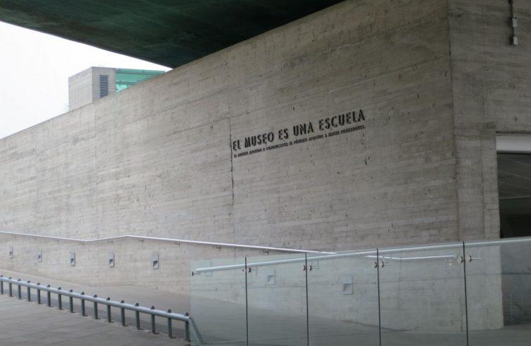 Versão chilena da intervenção O Museu É uma Escola (2009-em processo) realizada na fachada do Museo de la Memoria y de los Derechos Humanos, em Santiago (Foto: Cortesia Alexander Gray, NY)