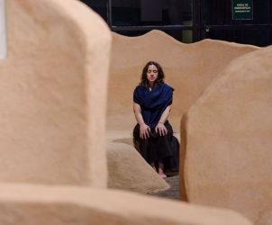 Sofía Olascoaga em meio à obra Na Forma de Nós Mesmos (2016), feita pela peruana Rita Ponce de León para a Bienal (Fotos: Leo Eloy, Estúdio Garagem, Fundação Bienal de São Paulo)