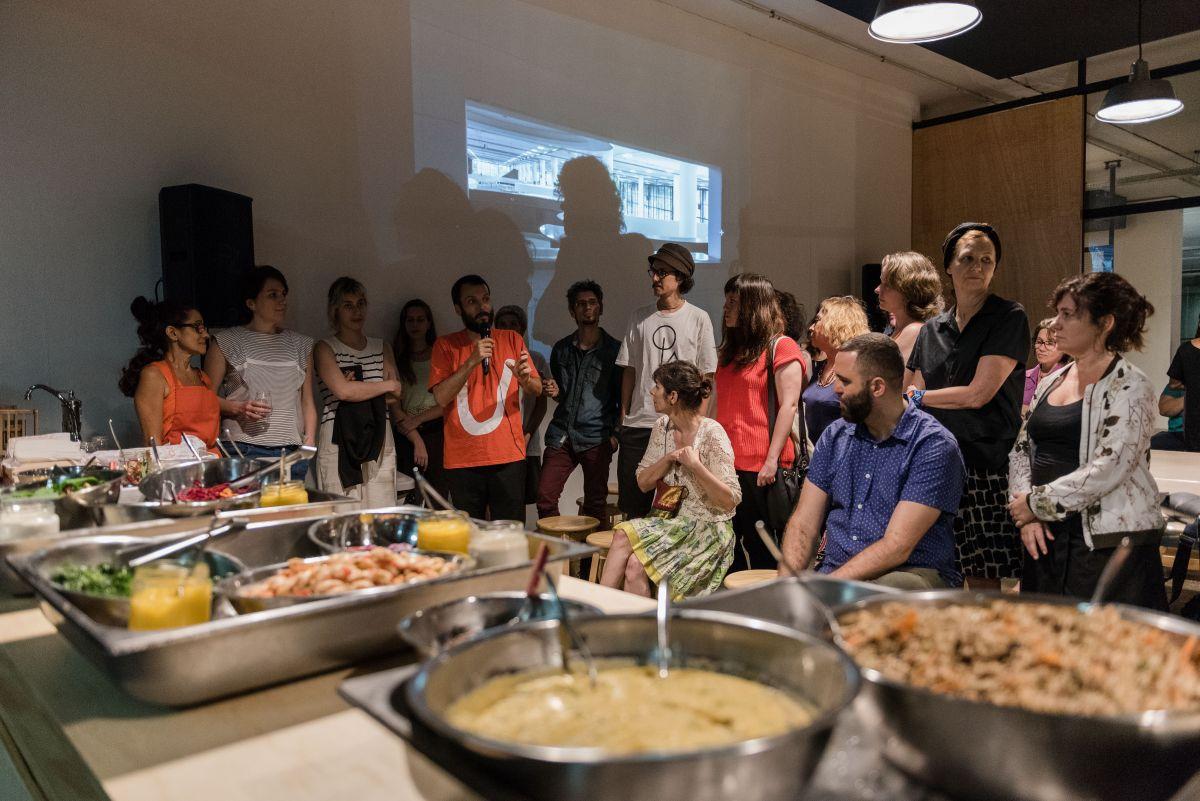 Encontro Entreolhares: O Ato de Comer como um Ato Político, com o artista Jorge Menna Barreto (ao microfone) e Neka Menna Barreto (de laranja, à esq.), realizado pela 32a Bienal em parceria com o Itaú Cultural