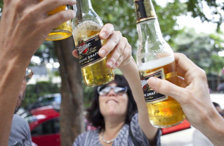 Convidados brindam com cerveja Miller