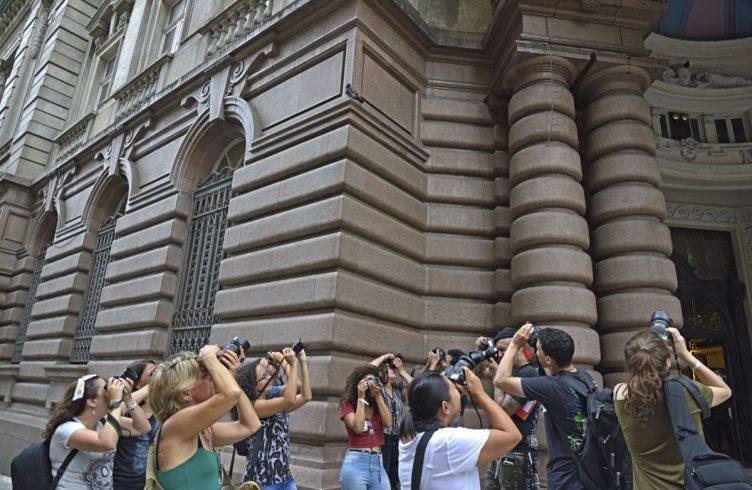 Alunos participam de workshop com o fotógrafo Marcos Piffer dentro do Valongo Festival Internacional da Imagem, uma das iniciativas de Iatã Cannabrava para a região santista (Foto: Marcos Piffer)