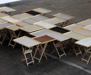 Em Modelo Econômico (2010), Zamora cria composição geométrica com tabuleiros usados por camelôs (Foto: Cortesia CCBB)