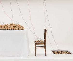 Naturalizar o Homem, Humanizar a Natureza ou Energia Vegetal, instalação criada por Victor Grippo em 1977 e remontada na 32ª Bienal de São Paulo (Foto: Cortesia do Espólio do Artista/ Alexander and Bonin/ Leo Eloy/ Fundação Bienal de SP)