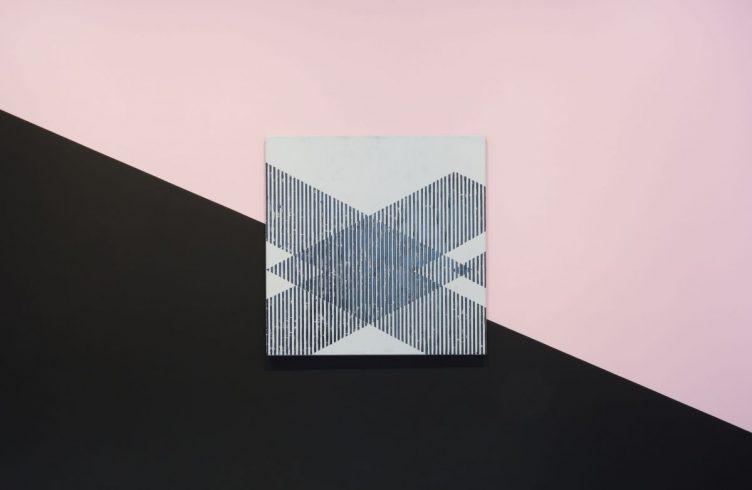 Signal Frequencies I (2015), de Justin Hibbs, na galeria Carroll/ Fletcher