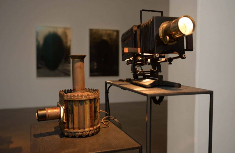 Lanternas mágicas, projetores usados no século 19 em teatros de sombras e apresentações de ilusionismo
