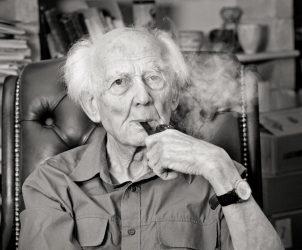 Zygmunt Bauman fumando seu característico cachimbo (Foto: Reprodução)
