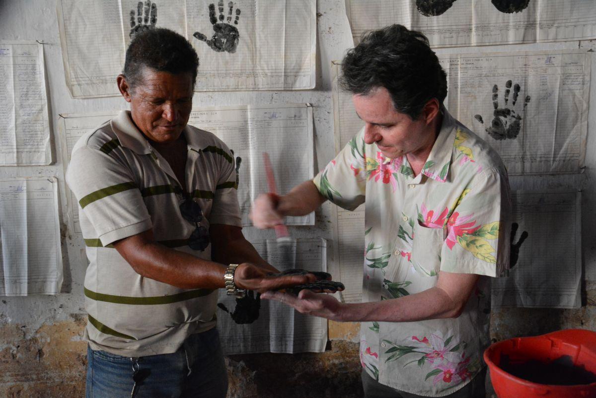 O artista José Rufino realiza a obra Opera Hominum (2015-2016), que consiste em monotipias de mãos de operários da antiga Usina Santa Terezinha sobre folhas de pagamento da própria usina (Foto: Adriano Franco)