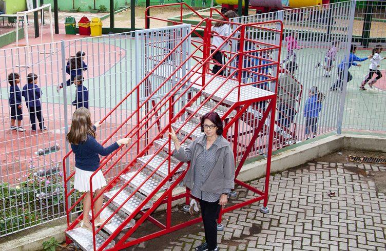 A artista Carmela Gross ao lado da instalação Escada-Escola (Foto: Paulo D'Alessandro)