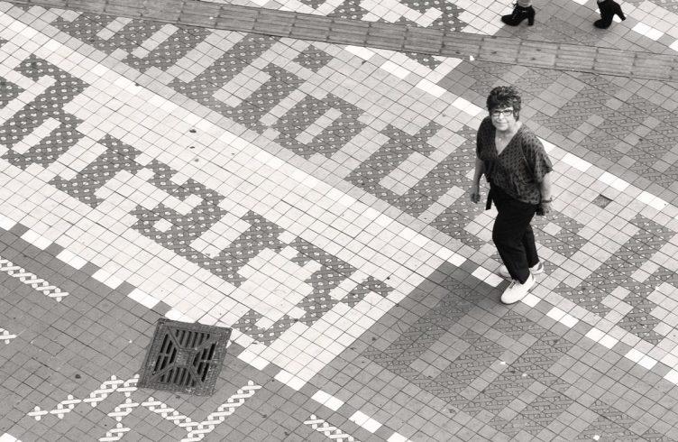 Regina Silveira exercita sua interação com públicos anônimos em trabalhos de intervenção urbana como a calçada em frente à Biblioteca Mário de Andrade, em São Paulo (Foto: Paulo D'Alessandro)