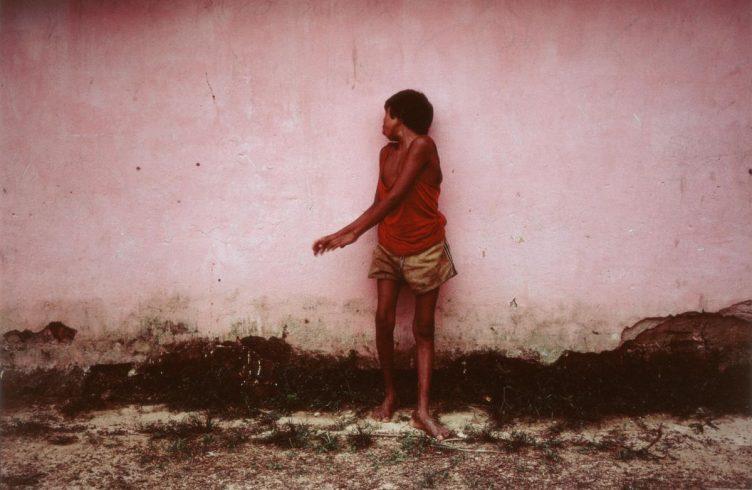 Amaú, Aldeia Gorotire (1983), fotografia de Miguel Rio Branco, em exposição no CCBB-RJ (Foto: Divulgação)
