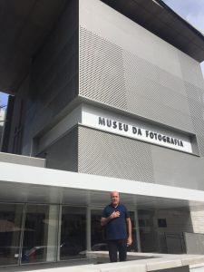 Silvio Frota em frente ao Museu de Fotografia Fortaleza (MFF) (Foto: Paula Alzugaray)