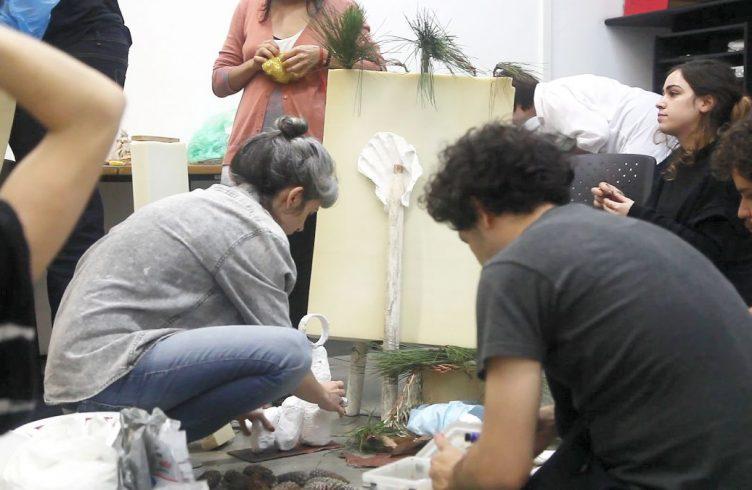 Alunos da Escola Entrópica trabalhando na obra coletiva Presépio, para a exposição de final de ano de 2015 (Foto: Janina McQuoid)