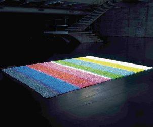 Em Sem Título (2001), Sonia Andrade projeta uma Colour Bar sobre cristais (Fotos: Divulgação)