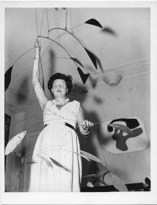 Peggy Guggenheim segura o móbile Arc of Petals (1941), de Alexander Calder, parte da coleção particular da mecenas (Foto: Archivio Cameraphoto Epoche, Cortesia Peggy Guggenheim)