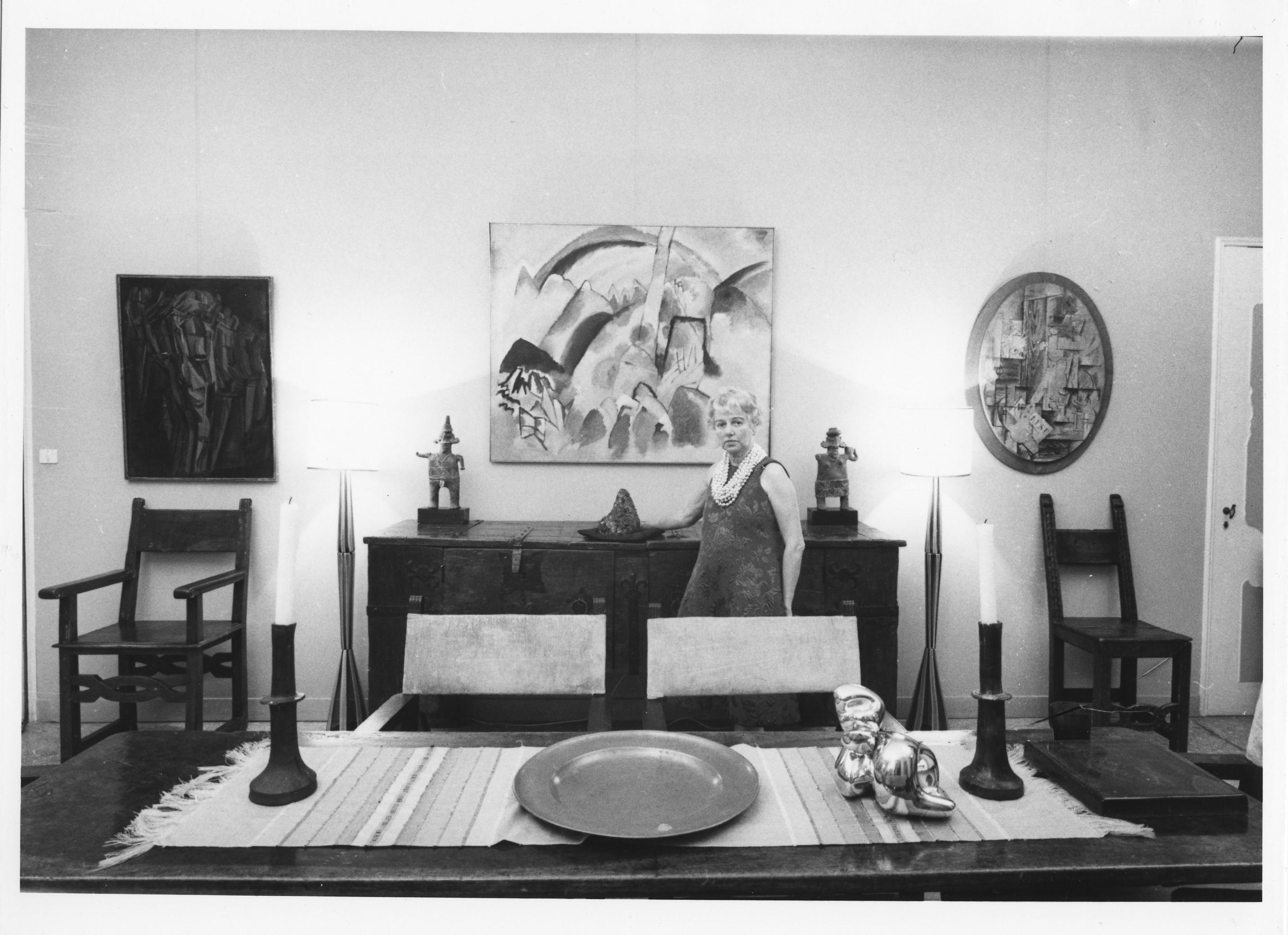 Peggy Guggenheim na sala de jantar do Palazzo Venier dei Leoni, sua residência veneziana, que hoje abriga a fundação com seu nome (Foto: Archivio Cameraphoto Epoche, Cortesia Peggy Guggenheim)