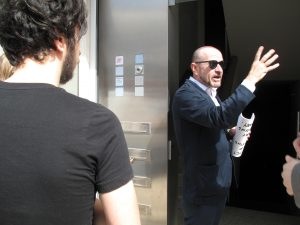 Carlos Urroz, diretor da ARCO, durante visita a circuito de galerias de Lisboa