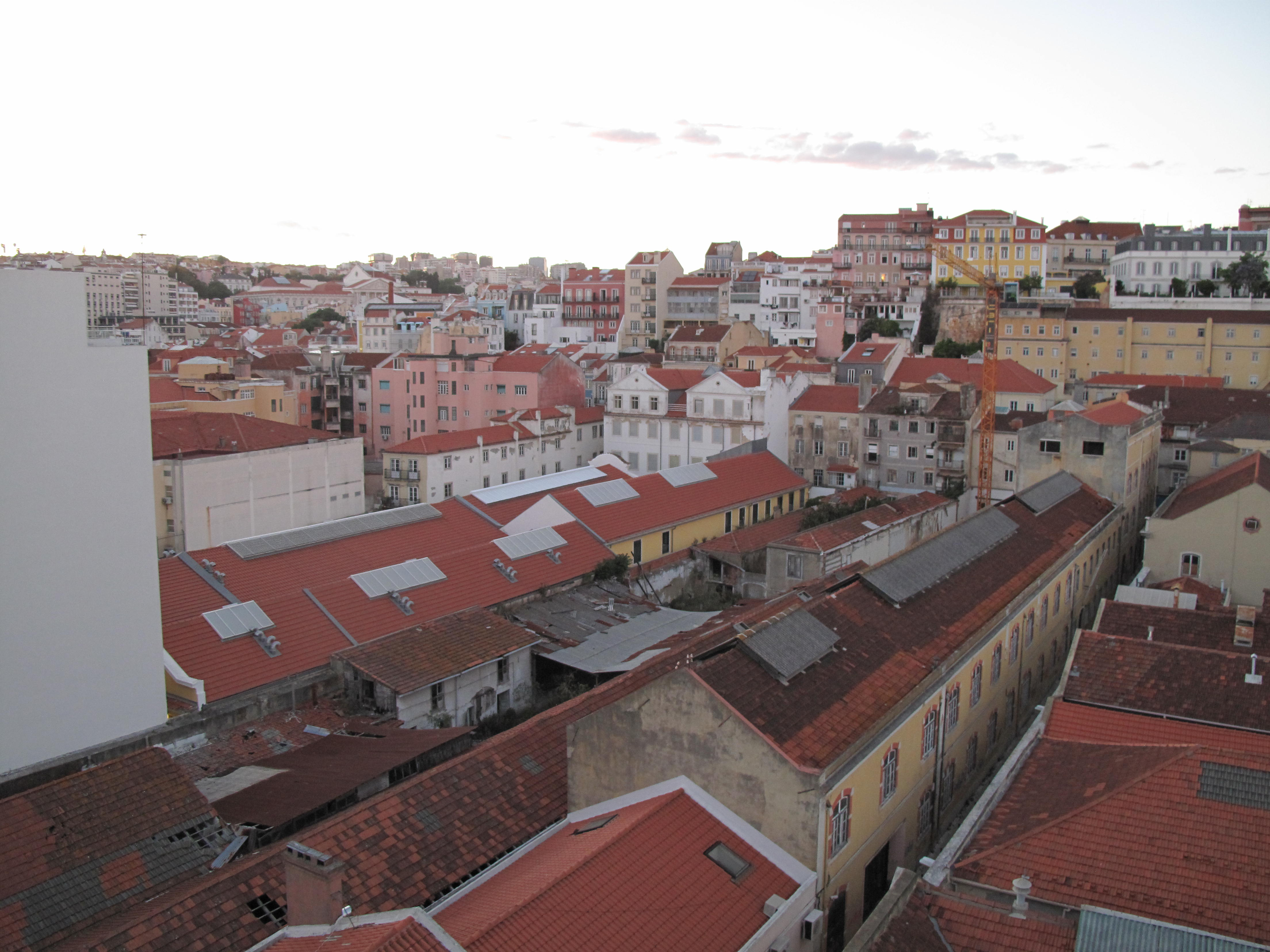 Casario de cores claras contribui para a qualidade da luz natural de Lisboa