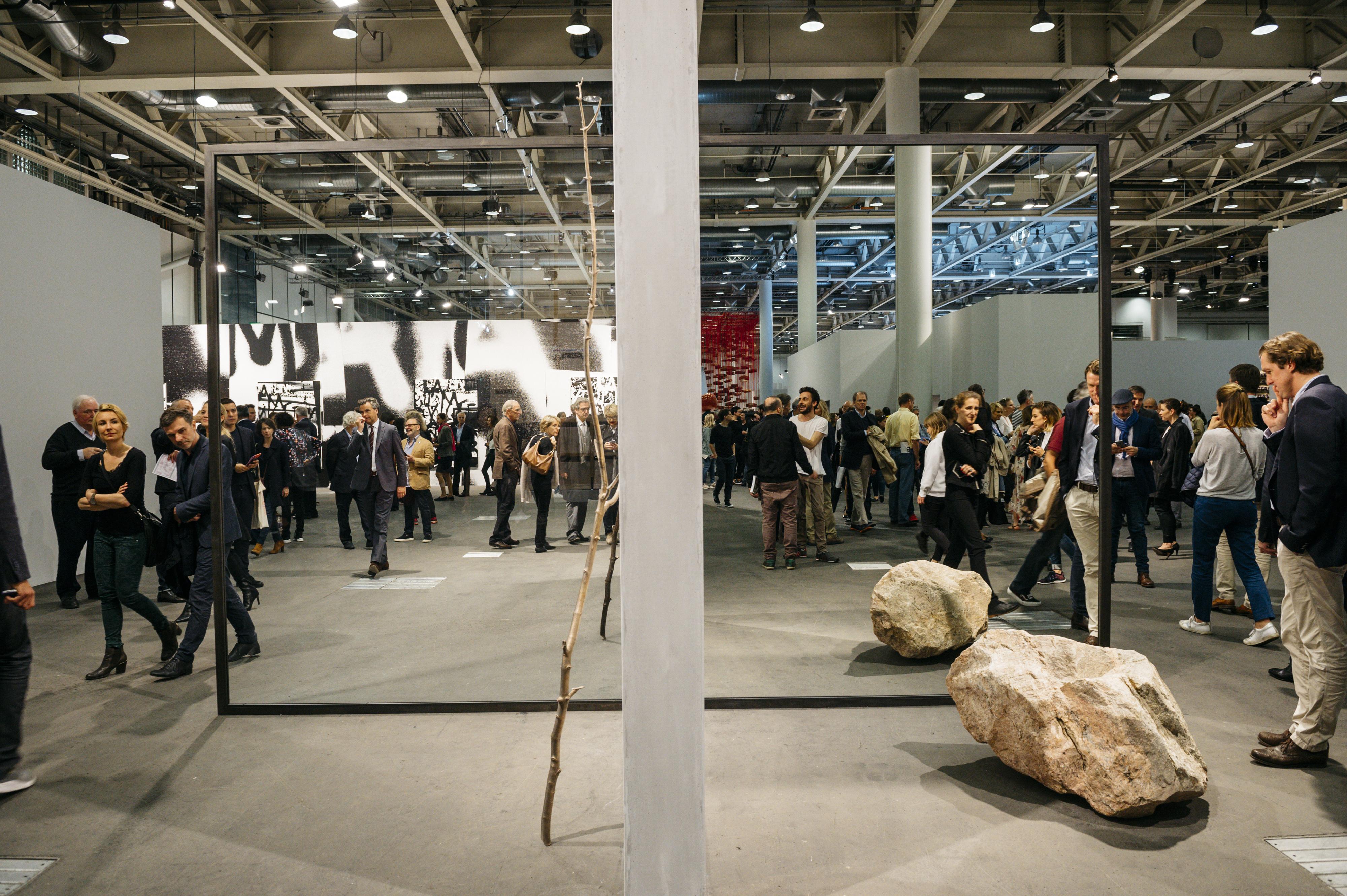 Obras de Alicja Kwade e Pedro Cabrita Reis na concorrida abertura da seção Unlimited da Art Basel 2016 (Foto: Cortesia Art Basel)