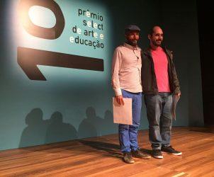 Jorge Menna Barreto (à esquerda) e Bruno Vilela (à direita) são os vencedores do 1º Prêmio seLecT de Arte e Educação