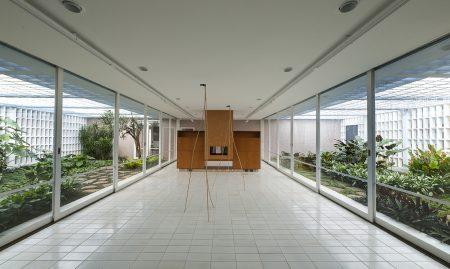A galeria Luciana Brito ocupa hoje uma casa projetada pelo arquiteto Rino Levi, com paisagismo de Roberto Burle Marx, restaurada nos Jardins, em São Paulo (Foto: Romulo Fialdini/ Galeria Luciana Brito)